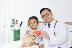 有孩子女孩患者的医生 免版税库存照片