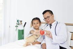 有孩子女孩患者的医生 库存照片