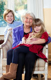 有孩子微笑的祖母 免版税图库摄影