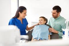 有孩子患者的女性牙医牙齿诊所的 免版税库存照片