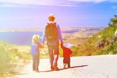 有孩子旅行的父亲在风景路 免版税图库摄影