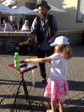 有孩子的一位魔术师 库存照片