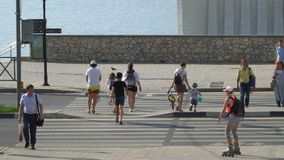 有孩子的几人穿过街道在一条行人交叉路 股票视频