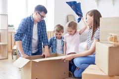 有孩子的包装的移动的箱子 免版税库存图片