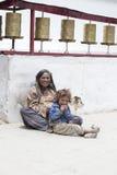 有孩子的印地安可怜的妇女为从一个路人的金钱乞求在街道上在Leh,印度 免版税图库摄影