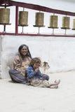 有孩子的印地安可怜的妇女为从一个路人的金钱乞求在街道上在Leh,印度 免版税库存照片