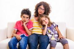 有孩子的哀伤的家庭妇女 免版税库存照片