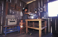 有孩子的妇女在一个木房子里面在阿马佐尼亚 库存图片
