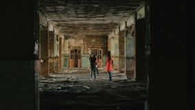 有孩子的妇女在灾害地震以后检查被毁坏的大厦,洪水,火 股票视频