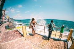 有孩子的妇女看海 库存照片