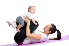 有孩子的妈妈做体操和健身锻炼 免版税库存照片
