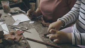 有孩子的妈妈做手工制造纸和叶子 股票录像