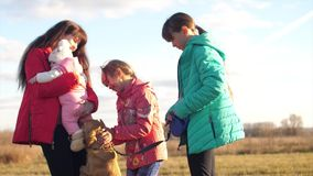 有孩子的妈妈和小婴孩走与狗 影视素材