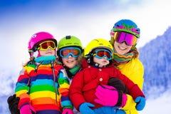 有孩子的家庭冬天滑雪假期 库存照片