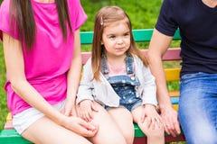 有孩子的家庭在春天或夏天庭院里 获得的父母和的孩子乐趣户外 库存图片