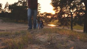 有孩子的家庭旅行与背包 有女儿和妈妈旅行的旅行家爸爸在森林 r ?? 股票录像