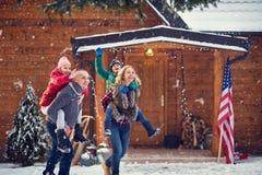 有孩子的寒假家庭 免版税库存图片