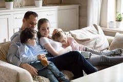 有孩子的幸福家庭在家花费时间 免版税库存图片