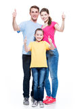 有孩子的愉快的家庭显示赞许标志 库存图片