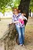 有孩子的愉快的母亲 图库摄影