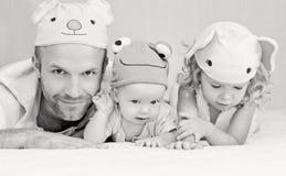 有孩子的愉快的爸爸在滑稽的帽子 免版税图库摄影