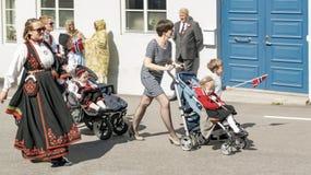 有孩子的挪威妇女轮椅的 库存照片