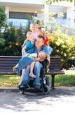 有孩子的残疾父亲 免版税库存照片