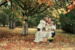 有孩子的母亲在森林 免版税库存照片
