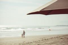 有孩子的母亲海滩的 库存照片
