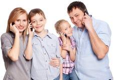 有孩子的父母与手机 免版税库存照片