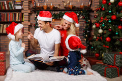 有孩子的父母帽子的 免版税库存照片