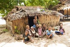 有孩子的美丽的妇女在前面o小屋,太平洋海岛 库存图片