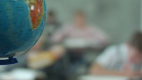 有孩子的老师在看地球的地理类 股票录像