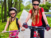 有孩子的自行车道路 头戴与背包的女孩盔甲 免版税图库摄影