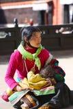 有孩子的西藏妇女 库存图片