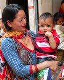有孩子的,加德满都,尼泊尔母亲 库存照片