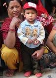 有孩子的,加德满都,尼泊尔母亲 免版税图库摄影
