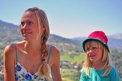 有孩子的年轻俏丽的妇女 免版税库存照片