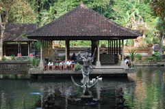 有孩子的巴厘岛印度尼西亚寺庙在背景中 库存照片