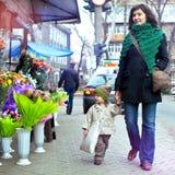 有孩子的年轻母亲步行的 库存图片