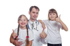 有孩子的医生显示类 免版税库存图片