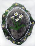 有孩子绘的花的盛肉盘 免版税库存照片