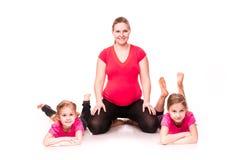有孩子行使的孕妇 免版税图库摄影