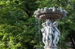 有孩子雕象的喷泉  库存照片
