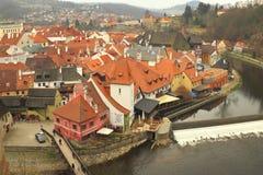 有它的中世纪建筑学的捷克克鲁姆洛夫和河流经它的伏尔塔瓦河 免版税库存图片
