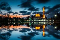 有它的反射的浮动清真寺 库存图片