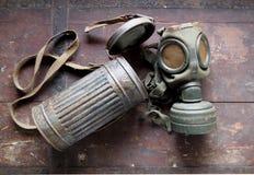 有它的容器的德国军队老防毒面具,使用在第二次世界大战期间 库存照片