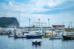 有它的渔船和汽艇的Budva's小游艇船坞 库存照片