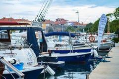 有它的渔船和汽艇的Budva's小游艇船坞 免版税库存照片