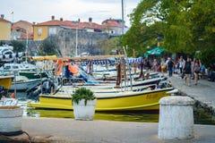 有它的渔船和汽艇的Budva's小游艇船坞 库存图片